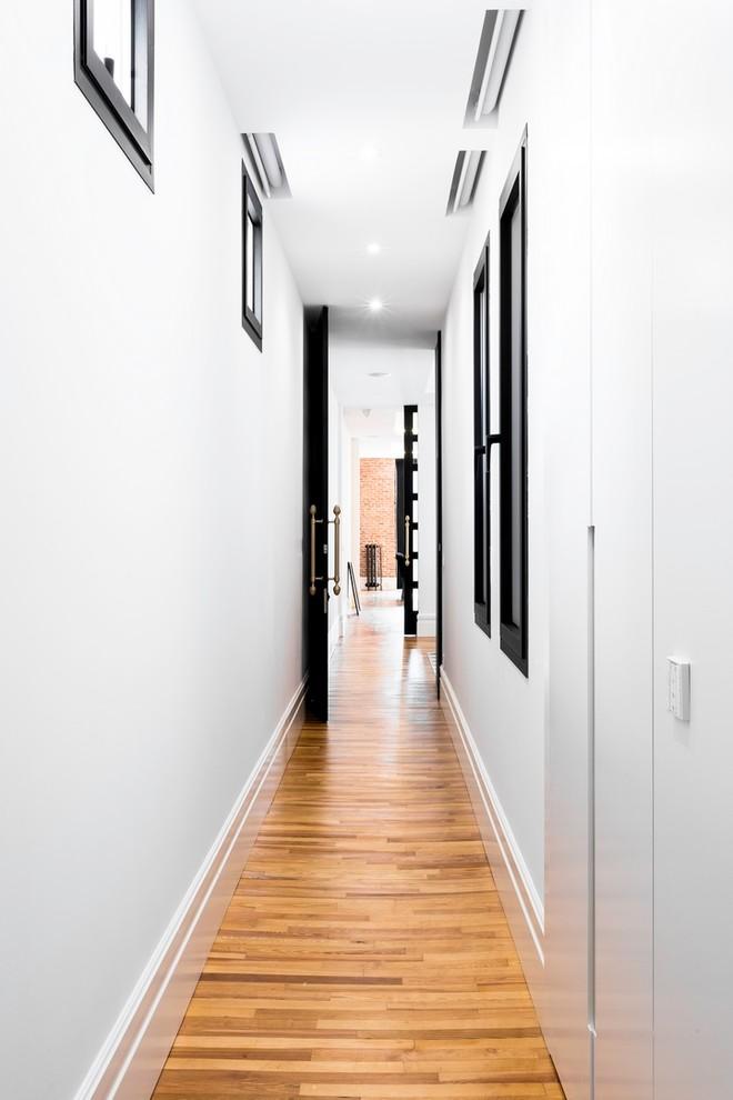 Imagen de galería clásica renovada, grande, con suelo de madera en tonos medios, techo estándar y suelo marrón