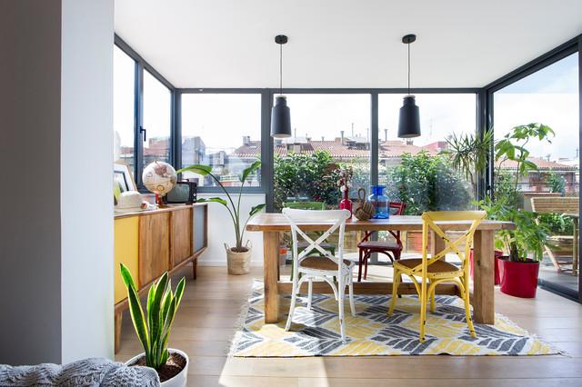 Imagen de galería contemporánea, de tamaño medio, sin chimenea, con suelo de madera en tonos medios, techo estándar y suelo marrón