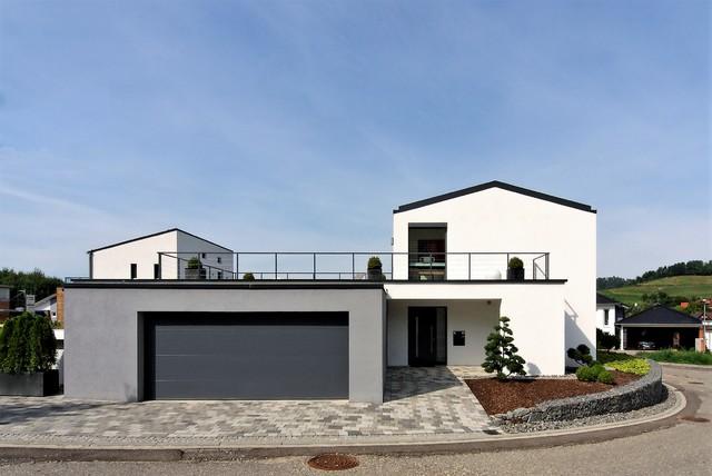 Einfamilienhaus mit doppelgarage modern  Feng Shui Projekt von Julia Dold - Einfamilienhaus mit Pool und ...