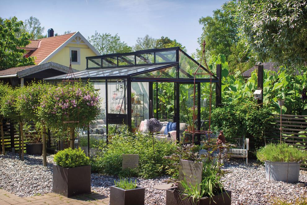 Cette photo montre un abri de jardin moderne.
