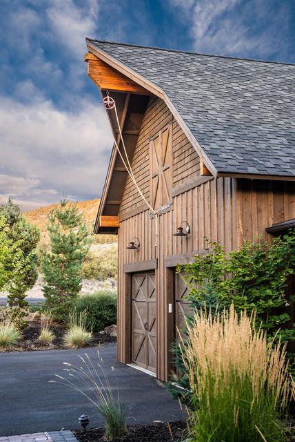 Brasada ranch home barn style garage with rope pully in for Aggiunta di garage ranch rialzato