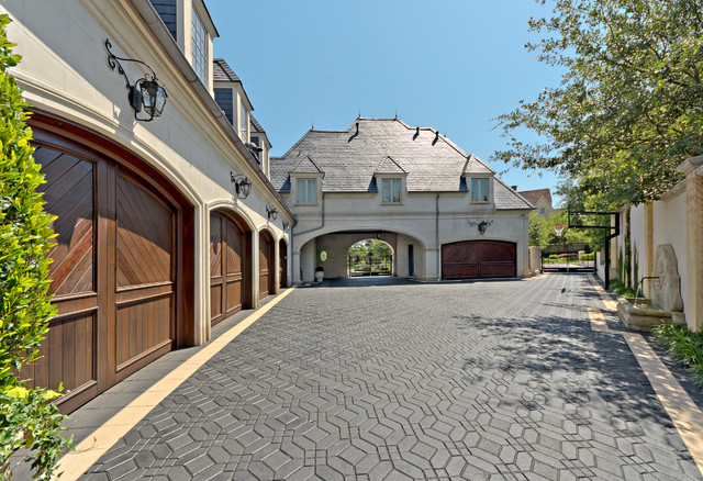 French: Braewood Place#2 traditional-garage