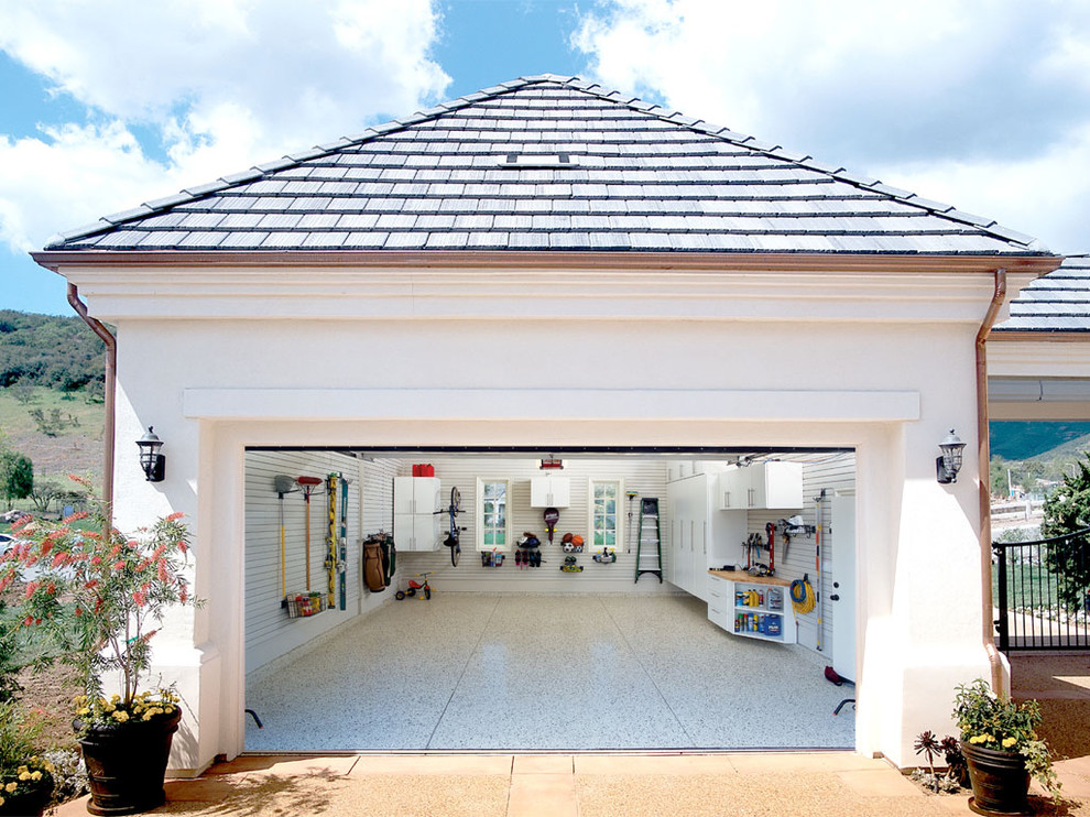 Example of a classic one-car garage design in Los Angeles