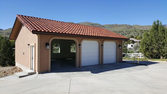 Réalisation d'un grand garage pour trois voitures ou plus séparé minimaliste avec une porte cochère.