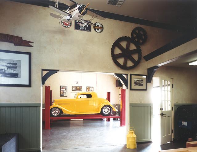 Cette image montre un garage traditionnel.