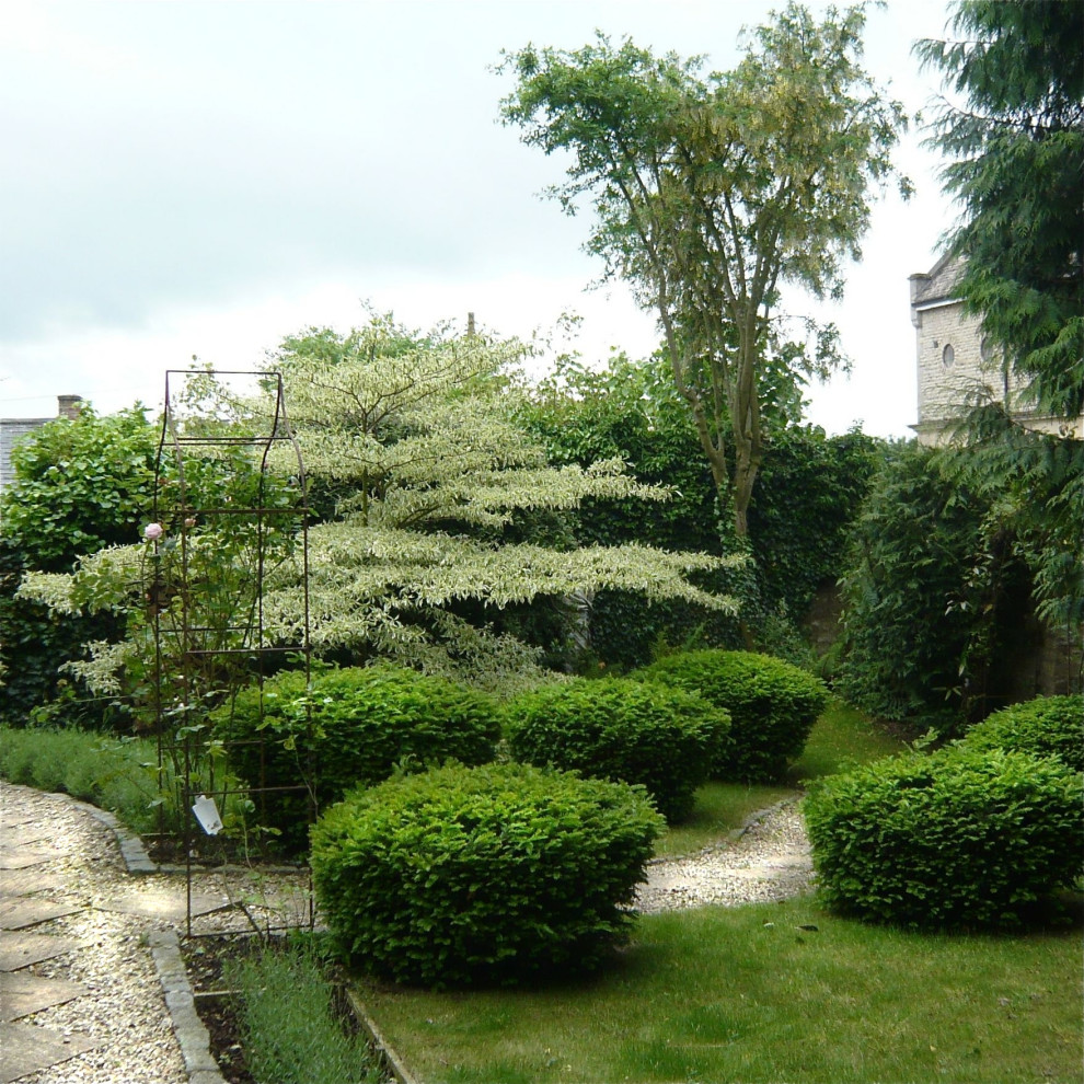 A Cotswold garden in Stow on the Wold - Traditional ...