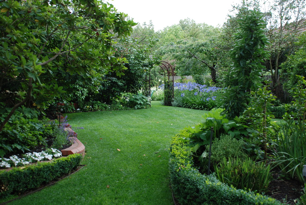 Photo of a traditional backyard lawn edging in Melbourne.