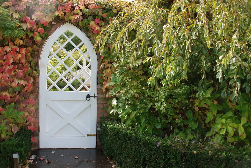 Inspiration for a traditional landscaping in Melbourne for fall.