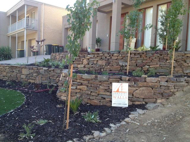 Bluestone retaining walls modern landscape adelaide for Landscape contractors adelaide