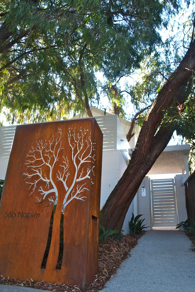 Design ideas for a contemporary front yard landscaping in Perth.