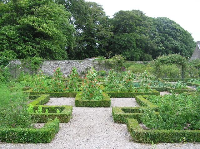 Country house garden traditional-garden