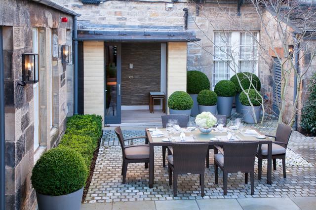 Ispirazione per un giardino classico di medie dimensioni e in cortile con pavimentazioni in pietra naturale
