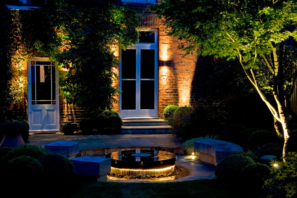 Design ideas for a traditional landscaping in Surrey.