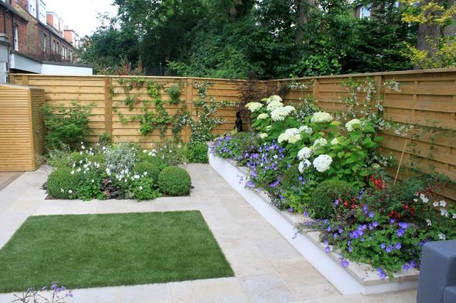 Ispirazione per un piccolo giardino formale minimal dietro casa con pavimentazioni in cemento