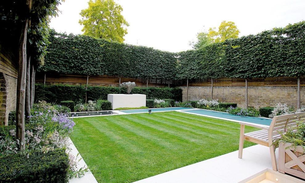Diseño de camino de jardín clásico, en patio trasero, con jardín francés, exposición total al sol y adoquines de piedra natural