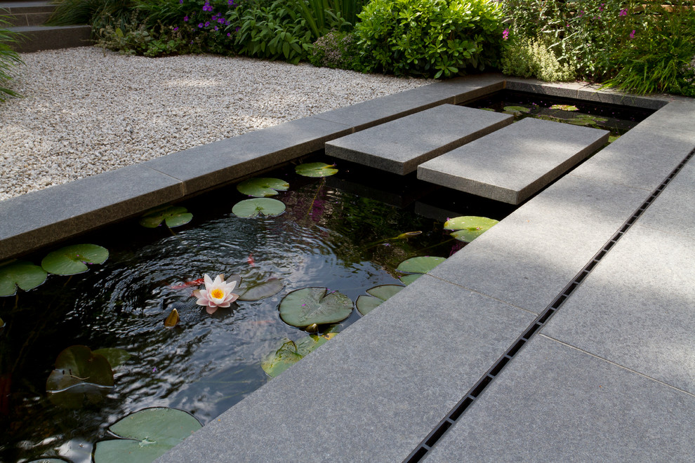 Inspiration for a contemporary landscaping in London.