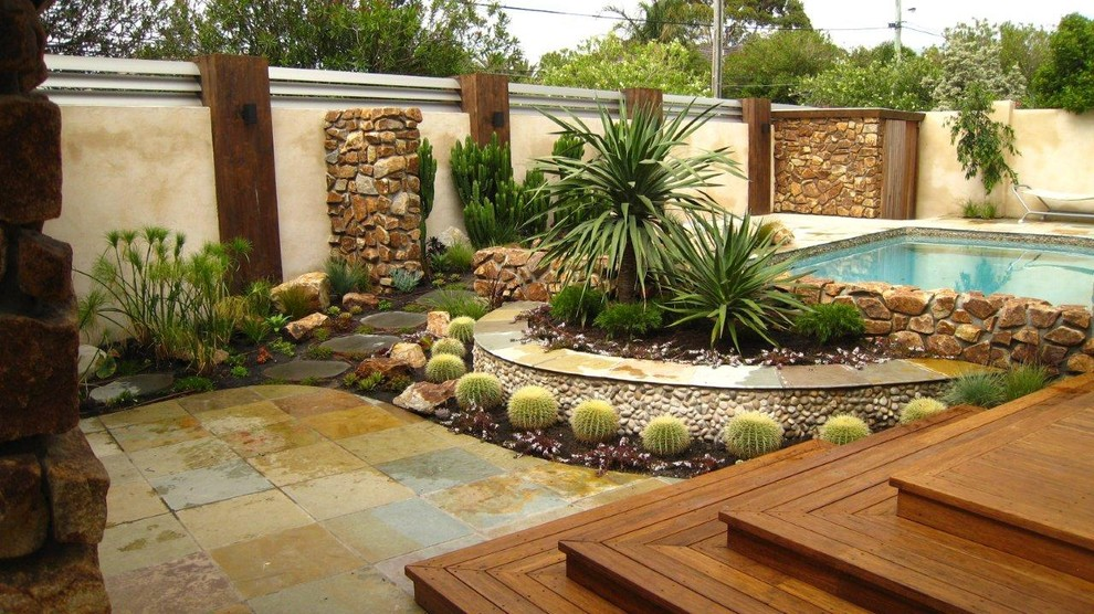 This is an example of a contemporary drought-tolerant backyard landscaping in Melbourne.