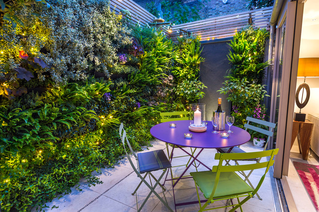 Small outdoor room with a green wall in kensington for Modern garden rooms london