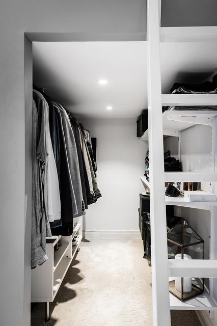 Klädkammare under sovloftet modern-foervaring-och-garderob