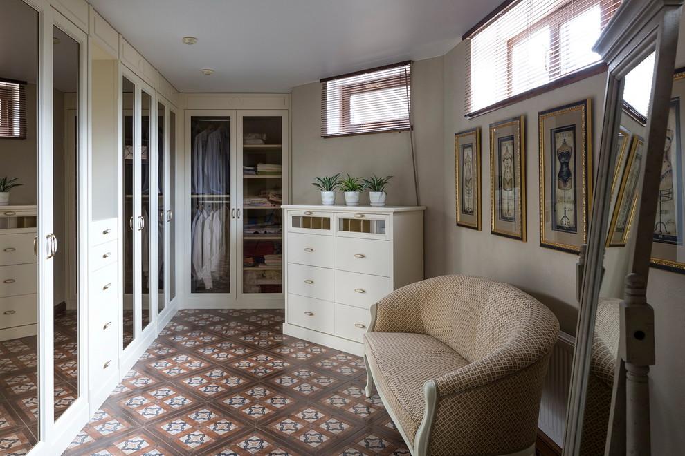 Неиссякаемый источник вдохновения для домашнего уюта: шкаф в нише среднего размера в стиле современная классика с стеклянными фасадами, белыми фасадами и полом из керамической плитки