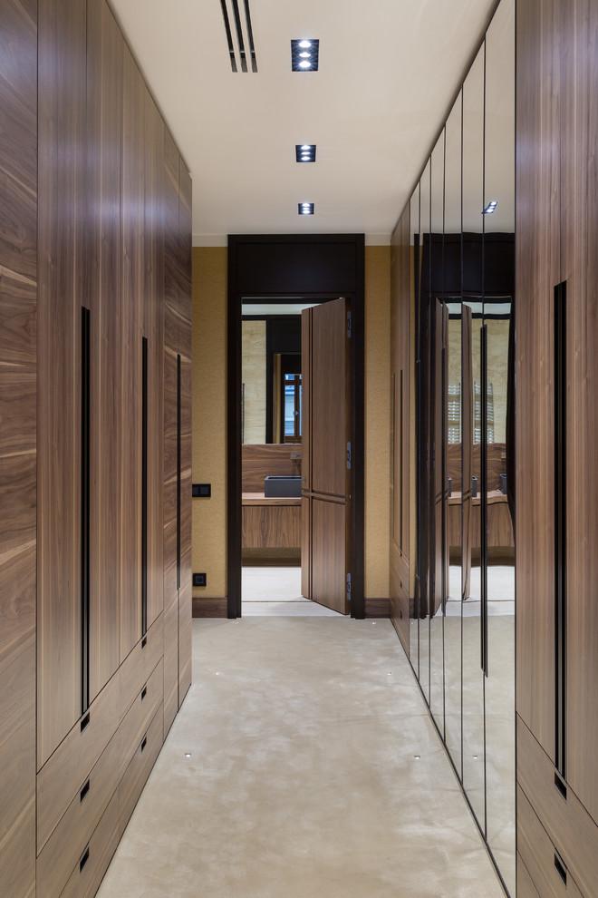 Новые идеи обустройства дома: большая гардеробная комната в современном стиле с плоскими фасадами, фасадами цвета дерева среднего тона, ковровым покрытием и бежевым полом для женщин или мужчин