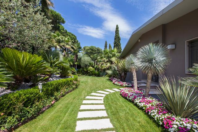 Foto di un giardino contemporaneo di medie dimensioni e dietro casa con un ingresso o sentiero e pavimentazioni in cemento