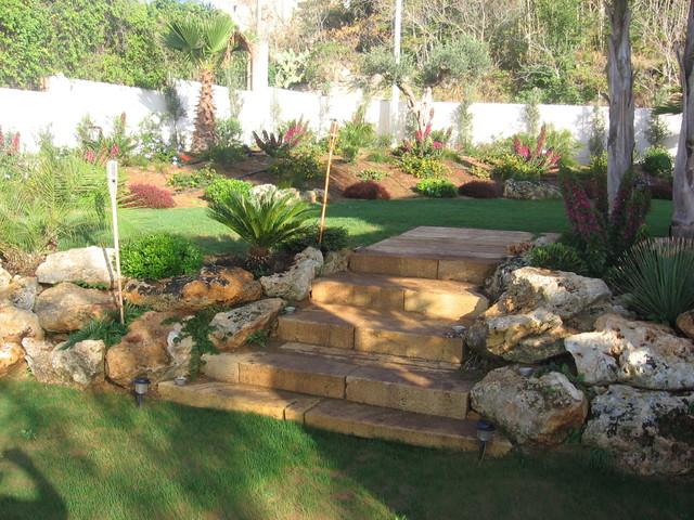 Foto scalinata realizzata con rocce e tufo for Ristrutturare un giardino