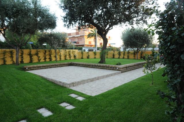 Giardino di una casa al mare lavinio - Casa con giardino roma ...