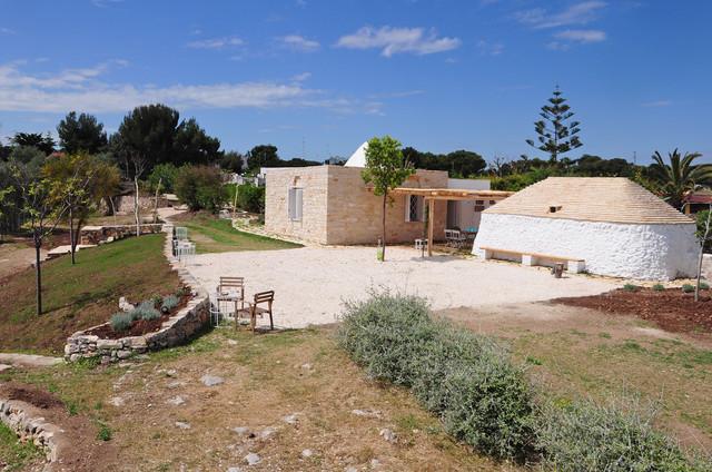 I trulli sul mare mediterraneo giardino bari di for Arredare un trullo