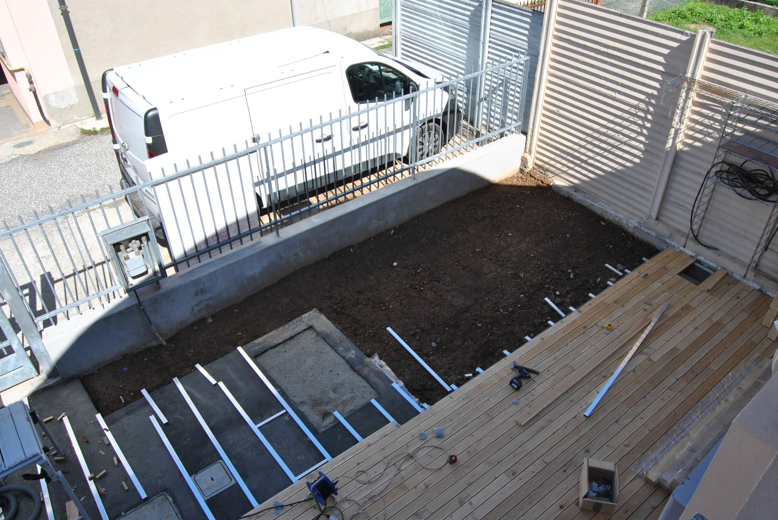 Vista dell'esecuzione della nuova pavimentazione esterna e  della nuova area in