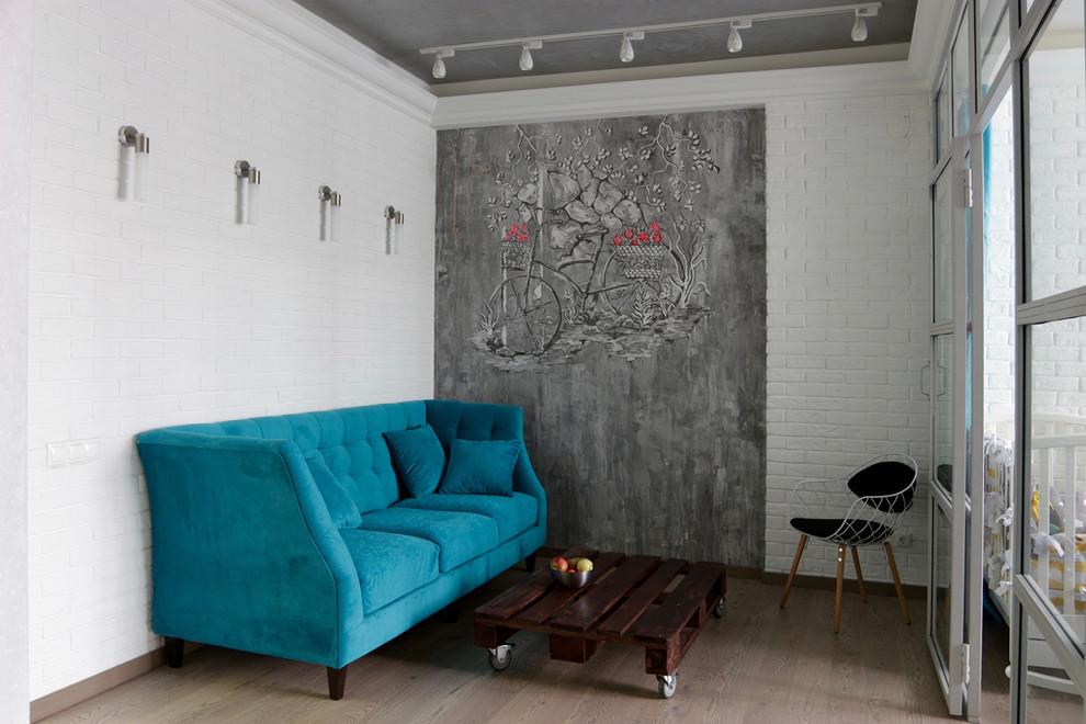 Неиссякаемый источник вдохновения для домашнего уюта: двухуровневая гостиная комната среднего размера в стиле лофт с белыми стенами и паркетным полом среднего тона без камина, ТВ