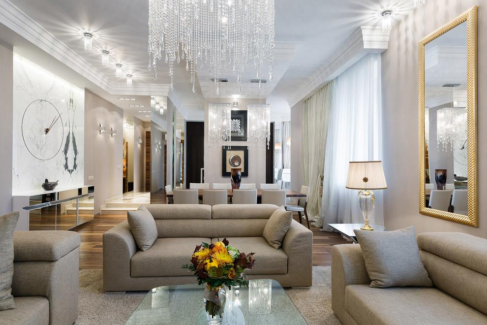 Foto di un grande soggiorno contemporaneo aperto con sala formale, pareti beige, pavimento in legno massello medio e TV a parete