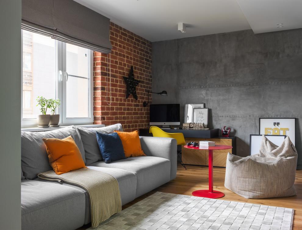 Идея дизайна: открытая гостиная комната в стиле лофт с серыми стенами и паркетным полом среднего тона