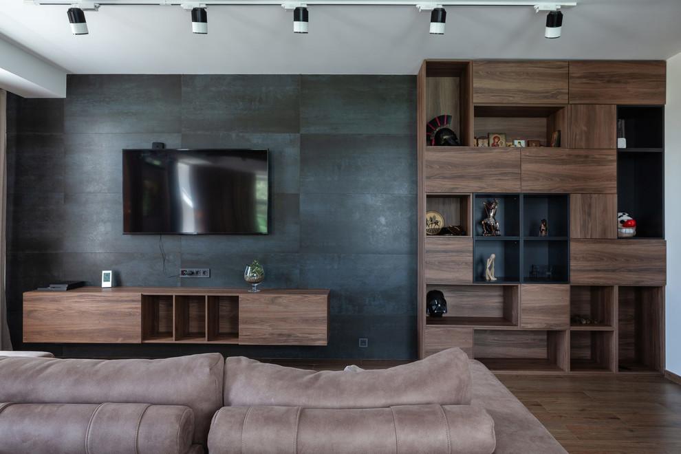 Новый формат декора квартиры: большая открытая гостиная комната в современном стиле с белыми стенами, паркетным полом среднего тона, телевизором на стене и коричневым полом