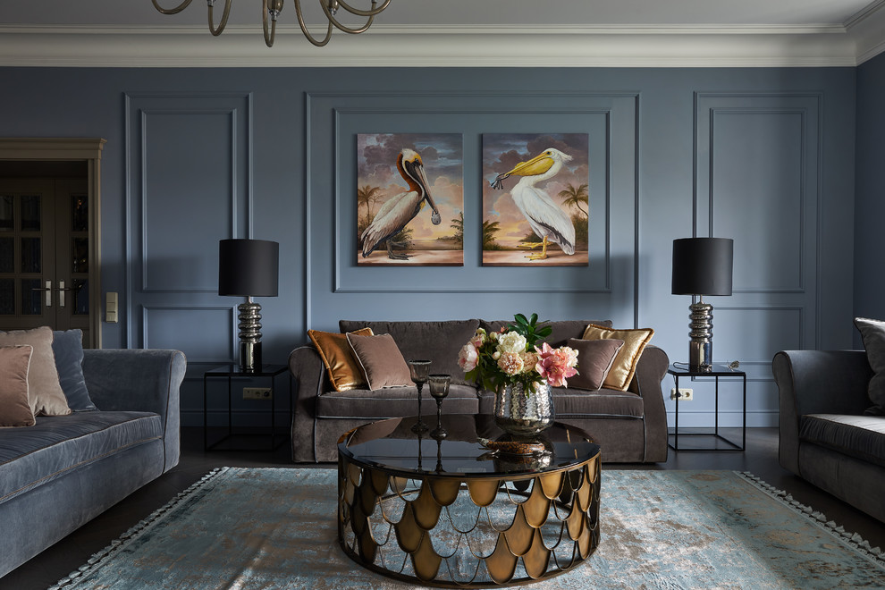 Ispirazione per un soggiorno tradizionale di medie dimensioni e chiuso con parquet scuro, pavimento marrone e pareti blu