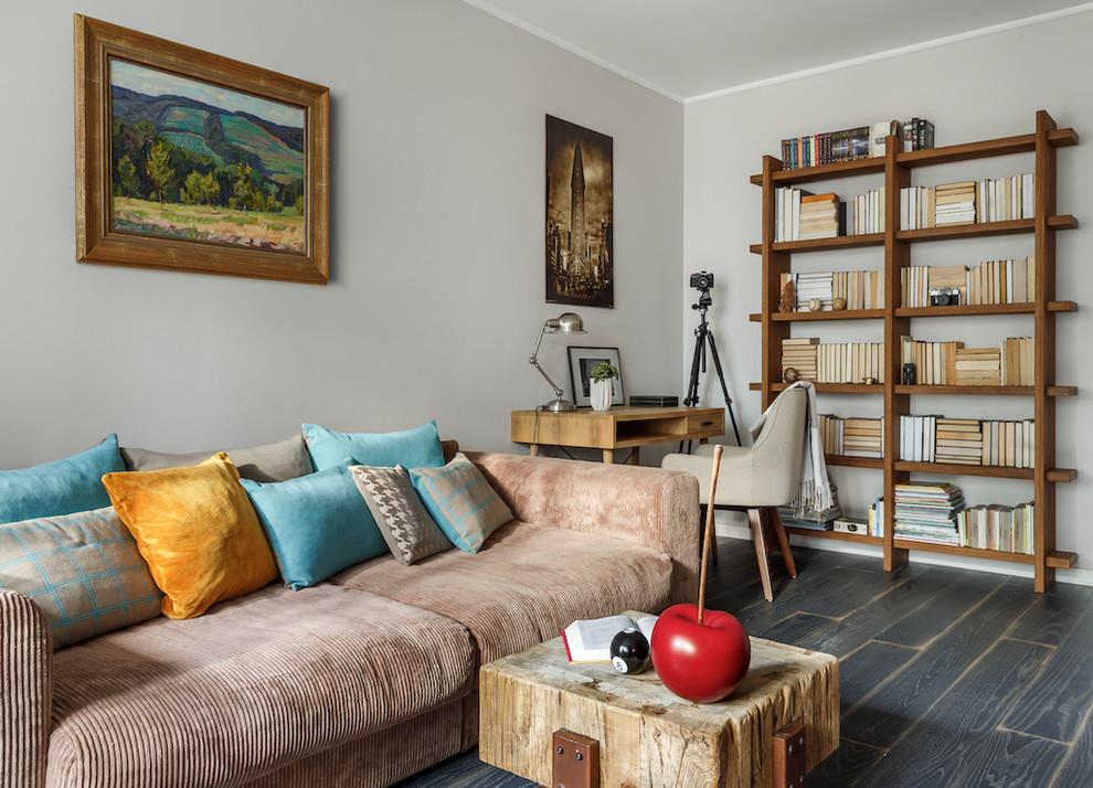 На фото: доступные маленькие гостиные комнаты в современном стиле с серыми стенами, темным паркетным полом и черным полом