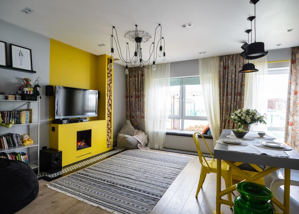 Idee per un soggiorno contemporaneo aperto con sala formale, pareti grigie, pavimento in legno massello medio, camino classico, TV autoportante, pavimento marrone e divano davanti alla finestra