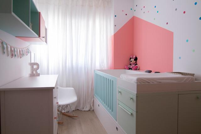 Foto de habitación de bebé niña contemporánea, de tamaño medio, con paredes multicolor, suelo de madera en tonos medios y suelo beige