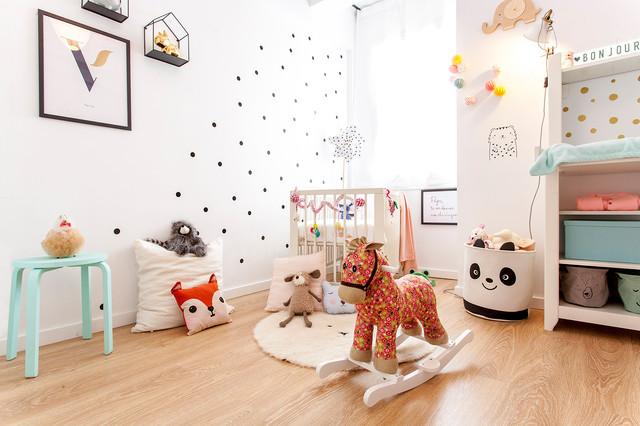 Foto de habitación de bebé niña escandinava, pequeña, con paredes blancas, suelo marrón y suelo de madera en tonos medios