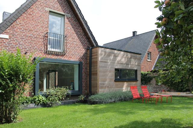 Blick auf das Panoramafenster und den Holzanbau - Modern - Häuser ...