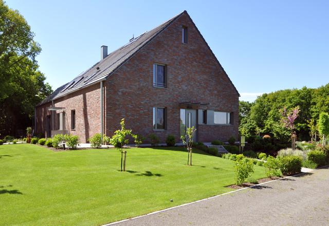 Blick von der zufahrt modern haus fassade other for Haus klinker modern