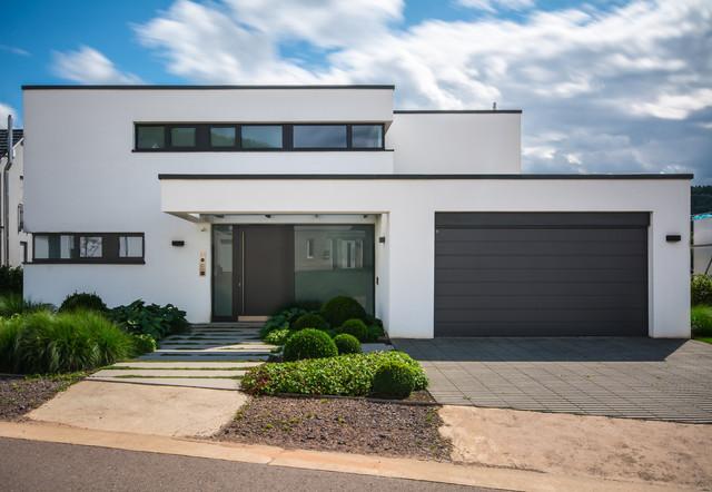 Einfamilienhaus merzig bauhaus look haus fassade for Flachdachhaus mit garage