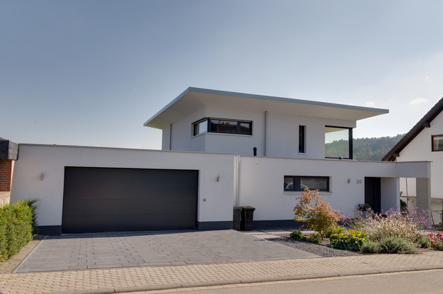 Einfamilienhaus mit doppelgarage  Einfamilienhaus-Neubau mit Doppelgarage in Hanglage im Split-Level