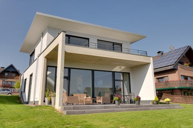 Einfamilienhaus mit doppelgarage modern  Einfamilienhaus-Neubau mit Doppelgarage in Hanglage im Split-Level