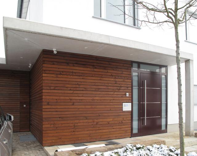 eingangsbereich mit holzfassade und vordach aus sichtbeton. Black Bedroom Furniture Sets. Home Design Ideas