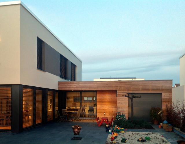 Eingeschossiger anbau mit k che und garage bauhaus look for Anbau haus modern