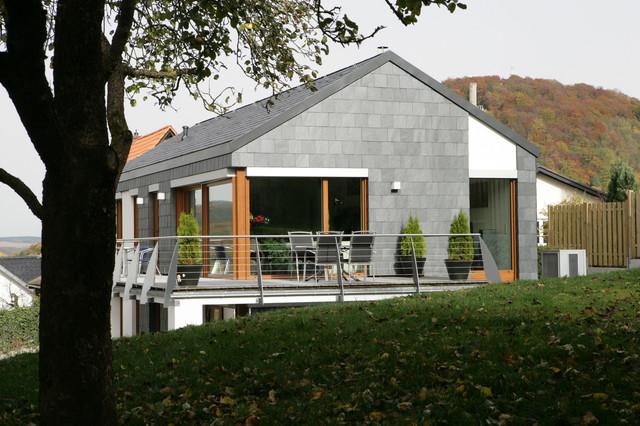 Fassadengestaltung mit schiefer modern haus fassade for Fassade einfamilienhaus modern