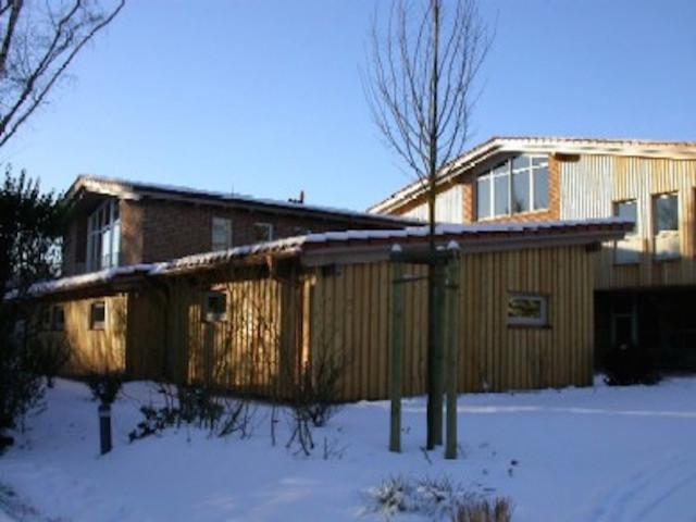 Garagen an Giebelseite mit Büro- und Wohnanbau