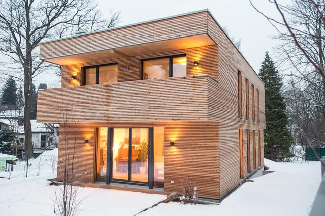 Moderne Holzfassade  holzschindeln rasen garten baum terrassentueren