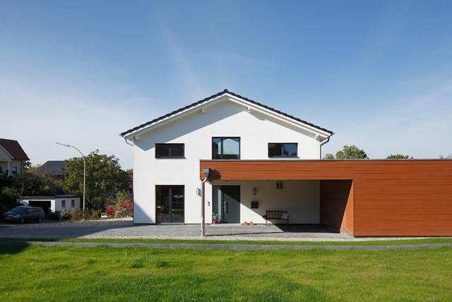 Mittelgroßes, Zweistöckiges, Weißes Modernes Haus Mit Satteldach In Dortmund